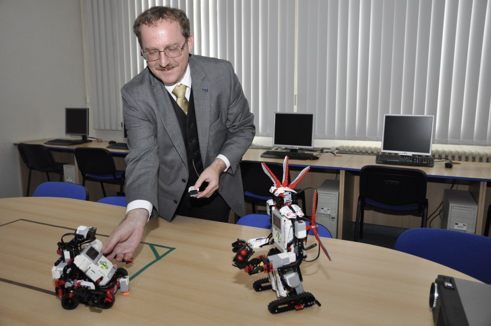 Prof. Radim Farana představuje jedny z robotů katedry informatiky a počítačů na Dni otevřených dveří PřF OU