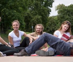 Nábřeží Ostravice je často plné studentů