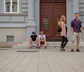 Studenti Ostravské univerzity před Filozofockou fakultou