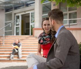 Studenti před Přírodovědeckou fakultou