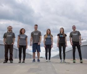 Studenti v univerzitních tričkách