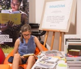 I na festivalu si člověk najde čas nakouknout do zajímavé knihy