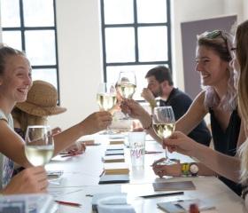 Tvořivost sbližuje, stejně jako prosluněná sklenka dobrého vína