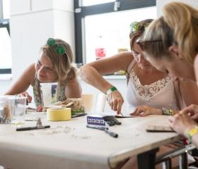 Návštěvníci naší scény tvoří své festivalové linoryty