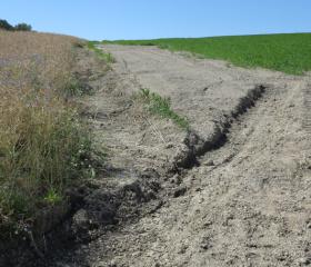 Degradace půd - nevhodné postudy orby po spádnici (Chabičov)