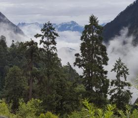 Horský masív na hranici provincií Sečuán a Tibet.