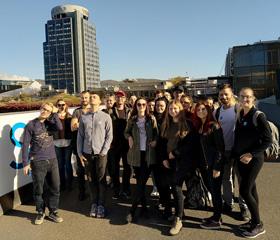 Skupinové foto účastníků exkurze před voestalpine Stahlwelt<br>Autor: Adam Reisskup