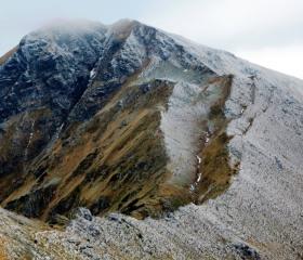 Rozsedliny na hřebeni Západních Tater (Hlinské sedlo) vznikly dlouho po ústupu ledovce ve vlhkém období zhruba před 4-5 tisíci lety<br>Autor: T. Pánek