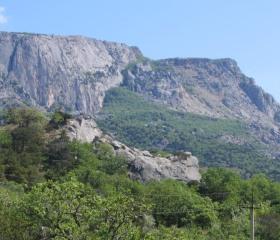 """""""Rozpůlený kopec"""" – masivní skalní sesuvy na pobřeží Krymu vznikly po rychlém vzestupu hladiny Černého moře počátkem Holocénu<br>Autor: T. Pánek"""