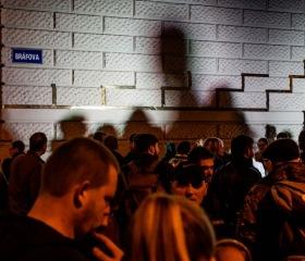 Instalaci pamětní desky událostí 17. listopadu 1939 a 1989 iniciovala Studentská komora Akademického senátu Ostravské univerzity. Slavnostní odhalení za přítomnosti veřejnosti, studentů, absolventů a zástupců OU včetně rektora Jana Laty proběhlo 17.11.2019 na rohu ulic Bráfova a Českobratrská v místech, kde se začala formovat ostravská studentská stávka v roce 1989.