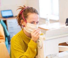 Studenti proti koronaviru: Pomáhají v nemocnicích, šijí roušky, hlídají děti