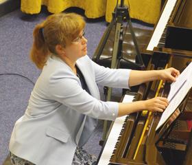 Doc. Eliška Novotná z Katedry klávesových nástrojů FU OU přednáší pedagogům klavírní hry z celé republiky