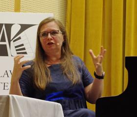 Helena Suchárová Weiser přednáší účastníkům Klavírních ateliérů