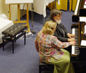 Manželé Eva a Eduard Doušovi hrají vybrané skladby v rámci prezentace nakladatelství Musica Gioia