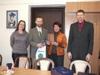 Společné foto (zleva vedoucí KFG dr. Mulková, oceněný Mgr. Adamec, děkanka fakulty doc. Kričfaluši, Ing. Novotný z ARCDATA PRAHA, s.r.o.