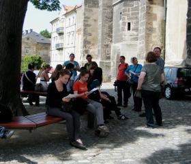 Kutná Hora; před vstupem do kostela sv. Jakuba