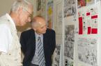Zleva prof. Ing. Kamil Wichterle, DrSc. a prof. RNDr. Pavel Danihelka, CSc. obdivují komiks o vynálezu kontaktních čoček.
