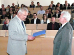 Hydrologický seminář – Prof. Rudolf Brázdil předává prof. Křížovi pamětní medaili PřF MU v Brně
