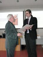 Hydrologický seminář – náměstek pro hydrologii ČHMÚ Dr. Jan Daňhelka předává diplom prof. Křížovi