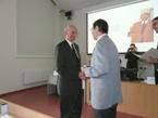 Hydrologický seminář – předání Ceny A. R. Harlachera Ing. Rostislavu Sochorcovi (vlevo) ředitelem ČHMÚ Ing. Dvořákem