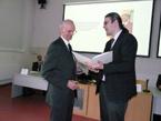 Hydrologický seminář – náměstek pro hydrologii ČHMÚ Dr. Daňhelka předává diplom Ing. Sochorcovi