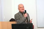 Děkan Lékařské fakulty Ostravské univerzity doc. MUDr, Jaroslav Horáček, CSc., je u svých studentů velmi oblíbený. Naše fotografie jej zachytila při úvodním slovu bloku přednášek akce World AIDS Week, konaných na LF OU. (5/36)
