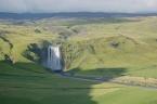 Skógafoss je jedním z největších (60 metrů vysoký a 25 metrů široký) vodopádů na Islandu, napájí jej řeka Skógá, vzdušnou čarou cca 12 km od sopky Eyjafjallajökull (červenec 2010)