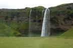 Seljalandsfoss, jeden z nejznámějších vodopádů na Islandu nacházející se nedaleko pobřeží na jihu ostrova, vzdušnou čarou cca 17 km od sopky Eyjafjallajökull (červenec 2010)