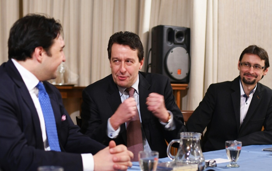 Viktor Velek (vpravo) vroli moderátora přikřtu CD Impossible Dream člena Wiener Staatsoper Adama Plachetky